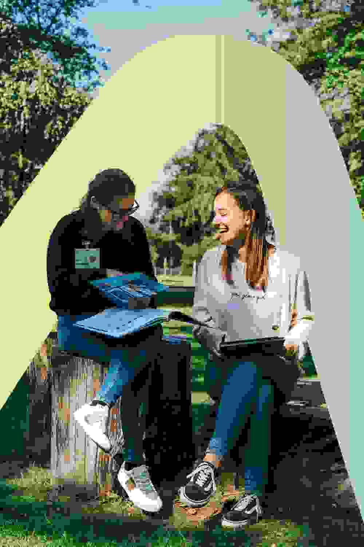 twee schoolverlaters in workshop tijdens de masterclass van Bright Young Grads